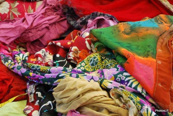 Tissus au marché- PhotosLP FALLOT.JPG