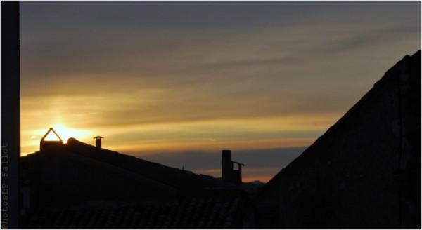 Coucher de soleil sur les toits du Haut de Cagnes-Photo Louis-Paul Fallot-Janvier 2011.jpg