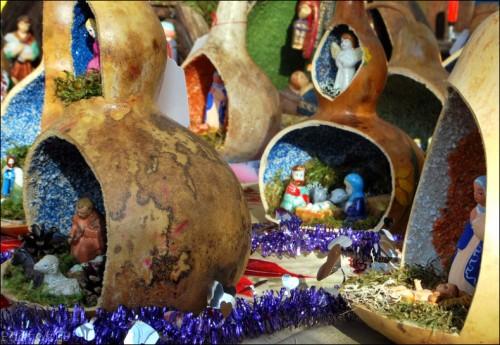 Lucéram-Marché de Noël-Crèches en cougourdons.jpg
